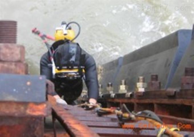 惠州蛙人服务公司专业施工单位   主要由以下几种:1、打捞量。通常情况下,打捞物重量越大,需要水上起重设备耐压越强的物体,打捞起来价格越贵。因为公司指出的打捞成本较高。2、水文。水温,比如可视度好、水下无湍流或漩涡、水文平整的情况下,价格较低。  3、打捞物年代。年代较远的打捞物需要一些特定的设备加以稳固和保护,所以通常情况下,价格较高。4、物体大小。物体越大,工程时间越长,价格越高。5、水下工作难度。除了以上四点,在水下工作的潜水工作人员公示越长,通常收费也就越高。  近期,随着丹东一号致远舰的身份被证