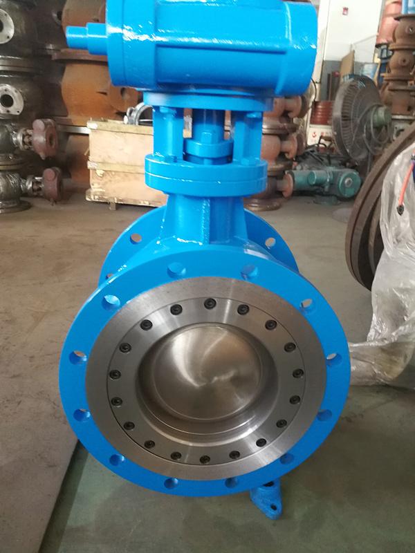 1)阀座寿命长。耐久的、结实的金属或陶瓷阀座密封圈和偏心的阀芯,在启闭过程中,如左图所示,削减了阀芯与阀座的摩擦wang站开发,改善了阀座密封面的破坏,以及开启时的阻力。阀芯在旋转至关闭位置时,阀芯与阀座密封圈会产生主动重叠作用,使密封面间得到更合理的配合。阀座密封圈的材质可选用316不锈钢、A105锻造碳钢堆焊硬质合金及陶瓷。 2)性能可靠。特别的阀座密封圈设计,能主动定心、自行搭接、动态与阀芯对准,可进步使用寿命。密封金属轴承可防止颗粒堆积的轴面而防止阀芯转动。 3)可多种操作。主动定心的阀座密封圈和
